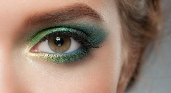 kobieta zbarwnym makijażem