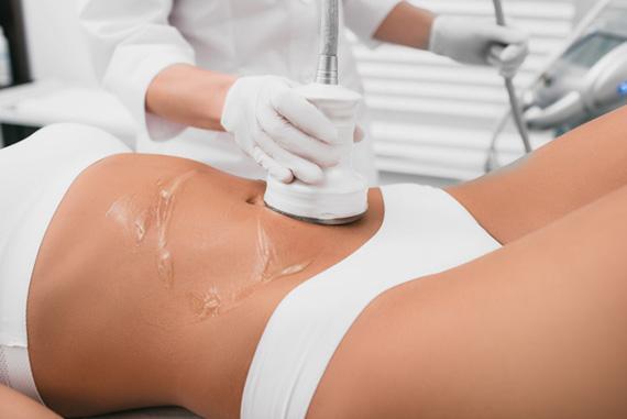 masaż przeprowadzany naciele kobiety